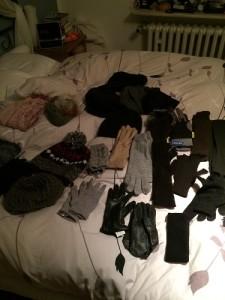 Winter-Accessoires gesammelt aber schon mal geordnet (warum sind da einzelne Handschuhe?!?)
