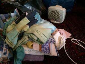 Alle Bettwäsche, die aussortiert wurde. Formschön vor dem bereits beginnenden Müllsackstapel.