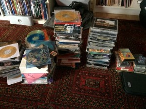 Dies ist der Haufen der aussortierten CDs. Ein Teil davon geht zu Momox, der Rest in den Müll.