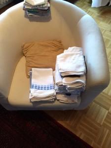 Hier sieht man unten die Handtücher (Bad und Küche) die wir behalten und oben welche wegkommen.