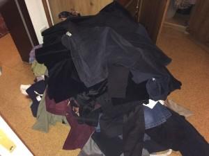 Und dies ist der riesige Haufen aller hängenden Kleidung, den ich aussortiert habe.