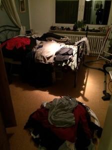 Hier ist ALLE hängende Kleidung aus meinem Kleiderschrank zu sehen. Ich hatte auf dem Bett noch Stapel mit Hosenanzügen/Blazer, Kleider, Röcke und Hosen gemacht. Vorne unten sieht man, dass ich schon direkt beim Rausräumen aussortiert habe.