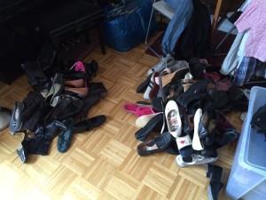 Und hier alle Schuhe, die wegkommen. Links der Haufen für Freunde / das DRK und rechts die, die zu abgelatscht sind und in den Müll gehen.