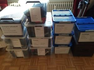 Und so sehen jetzt alle Kisten fertig sortiert und beschriftet aus.