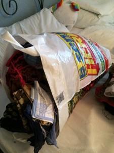 Alle aussortierten Halstücher, die eine normal große Tüte vollgestopft haben.